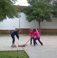calle-nogal-mairena-tornado-niñas-recogiendo