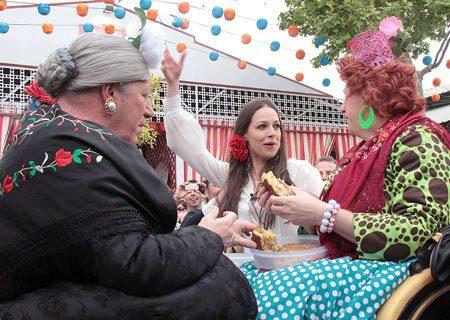 Eva, Antonia, Omaita y Charini comiendo tortilla de patatas durante un paseo a caballo por la Feria de Mairena. Foto de @evagonzalezCF – Club de Fans de Eva González