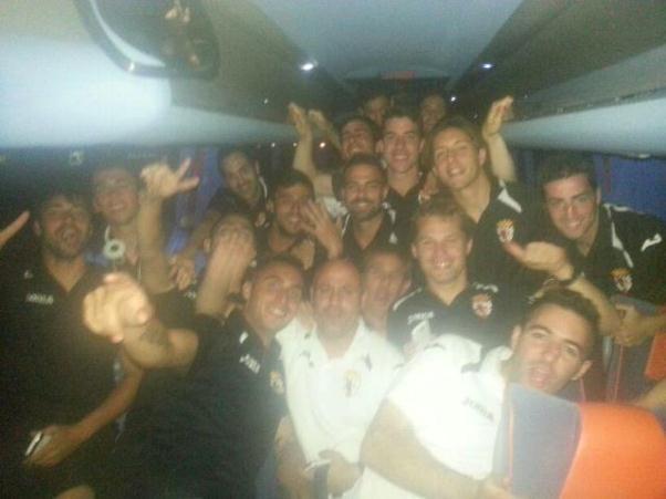 Los jugadores del CD Mairena celebran la clasificación para el play-off.