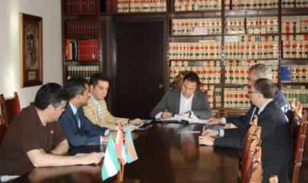 El alcalde de Mairena del Alcor, Ricardo Sánchez, firma el convenio con los responsables del BBVA