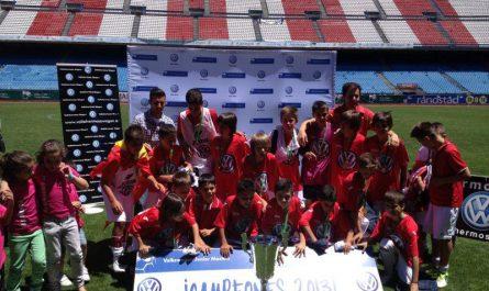 El CD Mairena alevín celebra su título en el Vicente Calderón