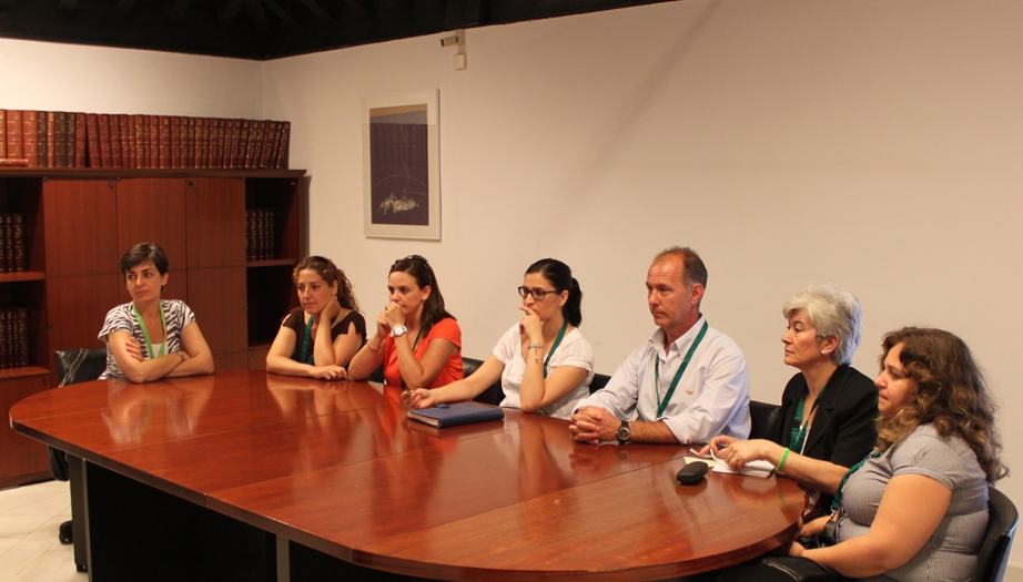 Seguimiento en directo de la Comisión del Parlamento de Andalucía, desde una sala contigua