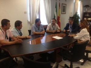 Los representantes del comité de empresa de Roca en Alcalá de Guadaíra, reunidos con Ricardo Sánchez y Juan Ignacio Zoido.