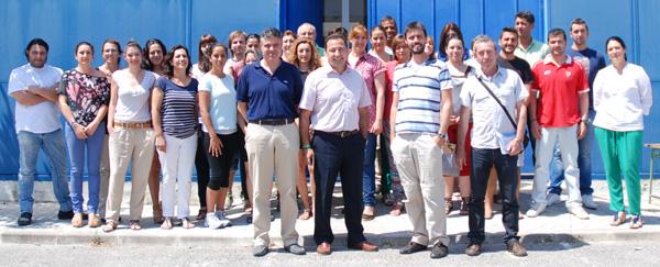 Responsables del equipo de gobierno de Mairena posan en la puerta del Taller de Empleo,  junto a los 24 jóvenes se formarán en informática y turismo.