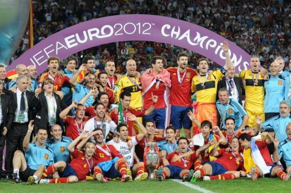 _Euro_2012_trophy_03