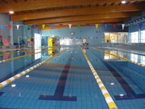 El gimnasio municipal y la piscina cubierta ampl an su horario for Piscina mairena del alcor 2017