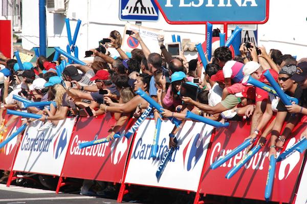 Gente en calle Vuelta Ciclista_600