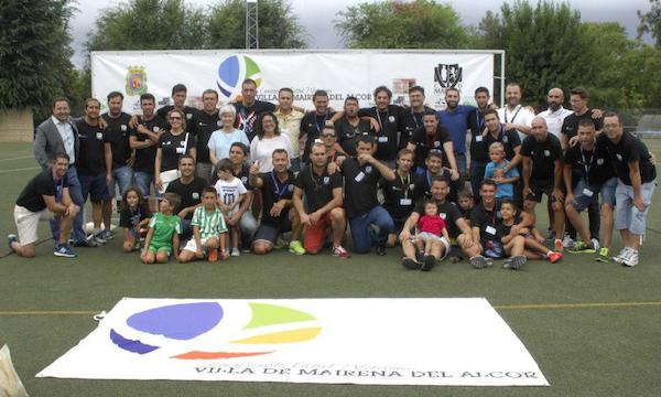 Foto familia colaboradores y voluntarios Campeonato fútbol 7 veteranos 2014_600