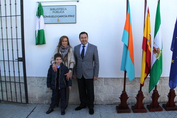 Ricardo Sánchez y Consuelo García Píriz junto a su nieto.