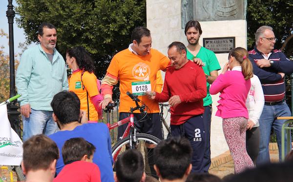 Dia Bicicleta 2015_Ricardo entrega bici con camiseta Prior