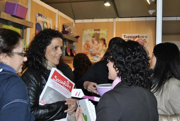_Rocio Sutil reparte boletin PSOE (Foto_PSOE Mairena del Alcor)_600