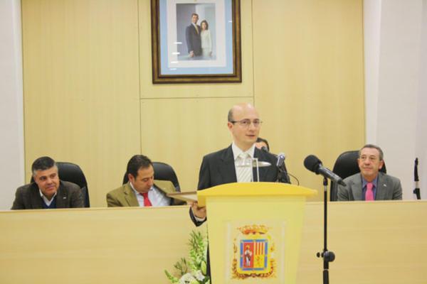 El concejal Santiago Navarro entregó el premio al historiador local José Manuel Navarro en la categoría Cultura.