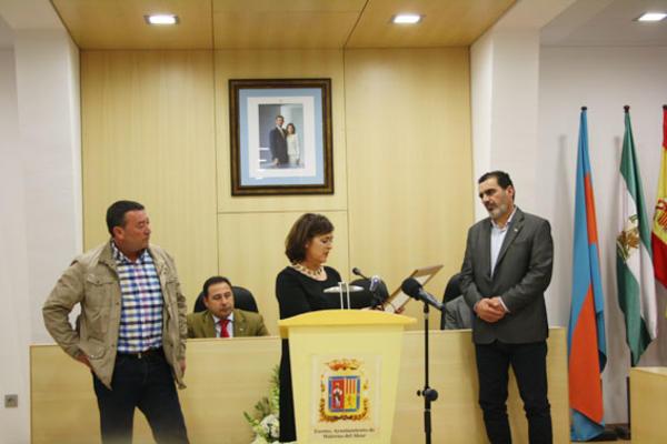 El delegado de Deportes y Participación Ciudadana, Federico Trigueros, entregó el premio a los padres del futbolista Jozabed Sánchez en la categoría Joven Valor