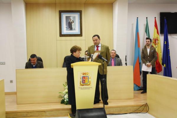 El alcalde, Ricardo Sánchez, le entregó el galardón a Pepa Montero como Mairenera del Año por su trayectoria