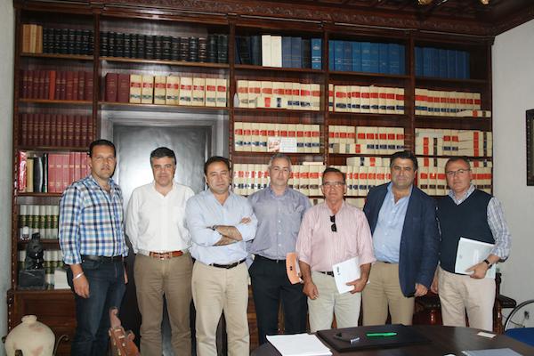 Representantes públicos y de la empresa tras la firma en el salón de Comisiones del ayuntamiento.