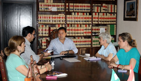 Firma Convenio Cáritas materiaL escolar