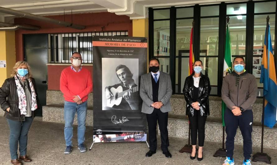 El Delegado del Gobierno, Ricardo Sánchez, visita la exposición «Memoria de Paco» en el Instituto Los Alcores